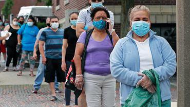 Koronawirus w USA - kolejki do banku żywności.