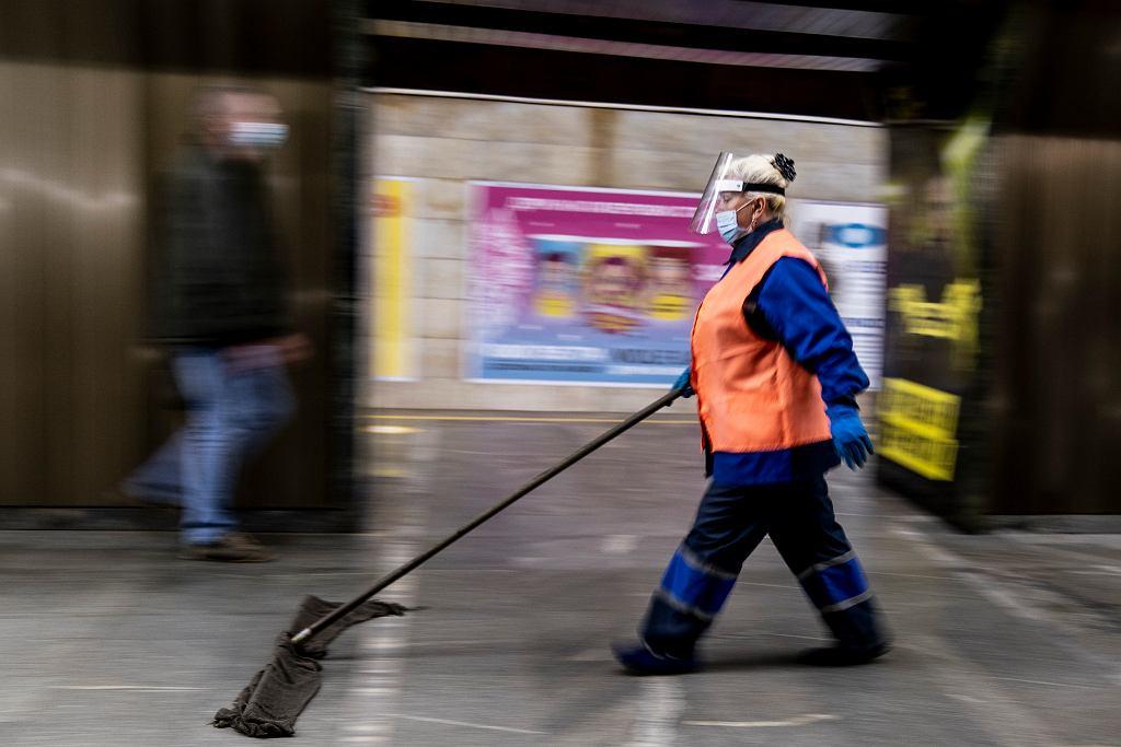 1.06.2020, Kijów, epidemia koronawirusa, sprzątanie jednej ze stacji metra.