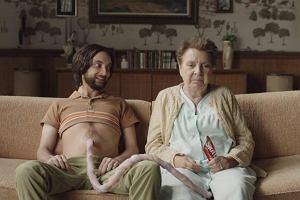 Matka karmi dorosłego syna przez pępowinę: kpina z maminsynków czy najgorsza reklama 2017?