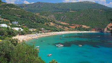 Grecja kontynentalna atrakcje. Plaże zachodniego wybrzeża Epiru Monolithi (obok Mitikas na północ od Prévezy), Kanáli, Artolithia (niedaleko wioski Riza), Ligiá (między Rizą a Vrahos), Loutsa, Lichnos i Krionéri (obok Párgi), Sivota, Arilas, Perdika (wokół Igoumenitsy). Niektórych nie ma na mapie, większość jest nadzwyczaj malownicza, a wszystkie czyste i otoczone zielenią. źródło: Wydawnictwo Pascal