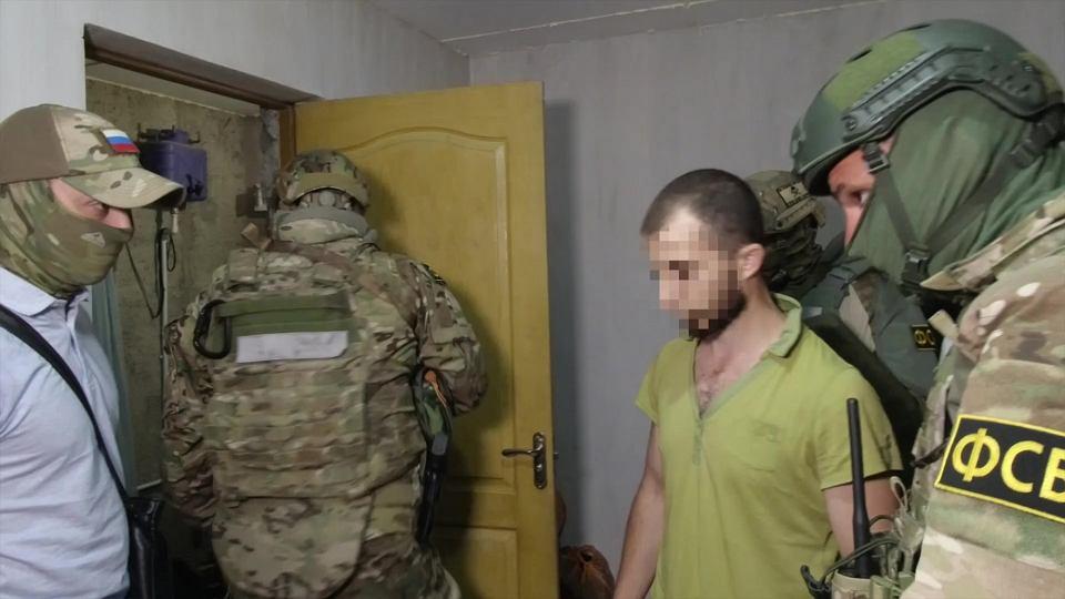 Kadr z filmu udostępniony przez FSB pokazujący moment aresztowania członka organizacji Hizb ut-Tahrir na Krymie , 7.07.2020