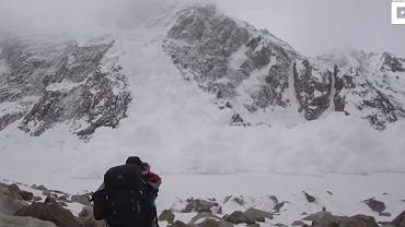 Niesamowite nagranie. Turyści znaleźli się na drodze pędzącej lawiny