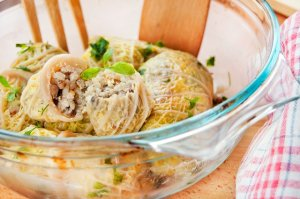 Gołąbki z kurczakiem, serem feta i kaszą jęczmienną