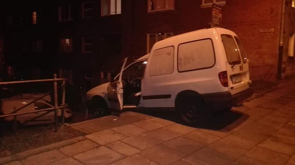 Pijany kierowca próbował zjechać po schodach w Gdańsku