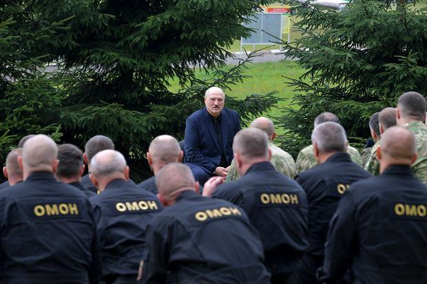 Satrapa Białorusi Aleksander Łukaszenka wizytuje swoich oficjalnych pałkarzy. Koszary OMON, Mińsk, 21 sierpnia 2020