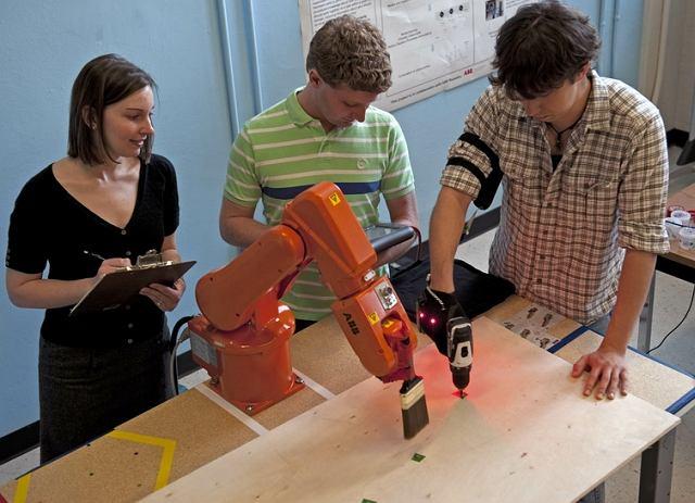 Prof. Julie Shah ze studentami w trakcie badań nad skoordynowaną pracą ludzi i maszyn