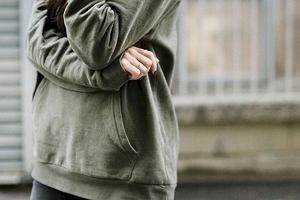 Bluzy kangurki - wygodna i modna propozycja na chłodne, jesienne dni