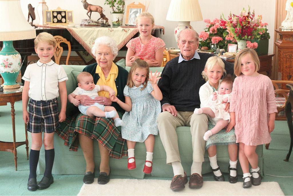 Królowa Elżbieta z wnukami
