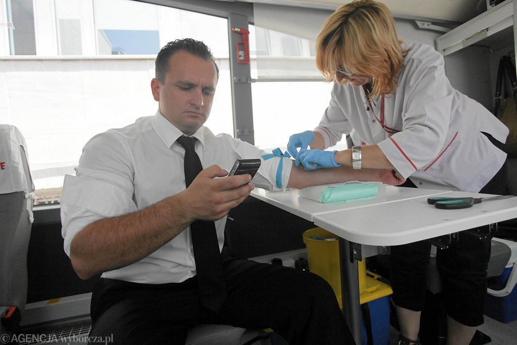 Jacek Skała podczas strajku prokuratury w lipcu 2011 r. Prokuratorzy zamiast do pracy poszli wtedy honorowo oddać krew
