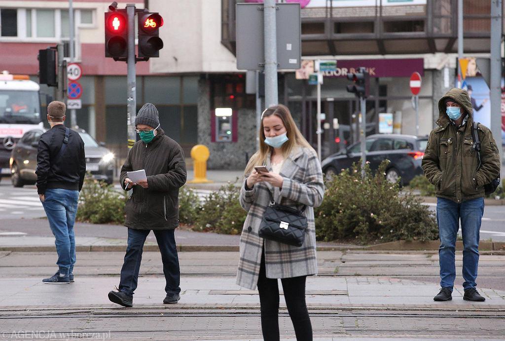 Akcja 'Maseczki do kontroli' na przejściu dla pieszych koło Galerii Kaskada w Szczecinie