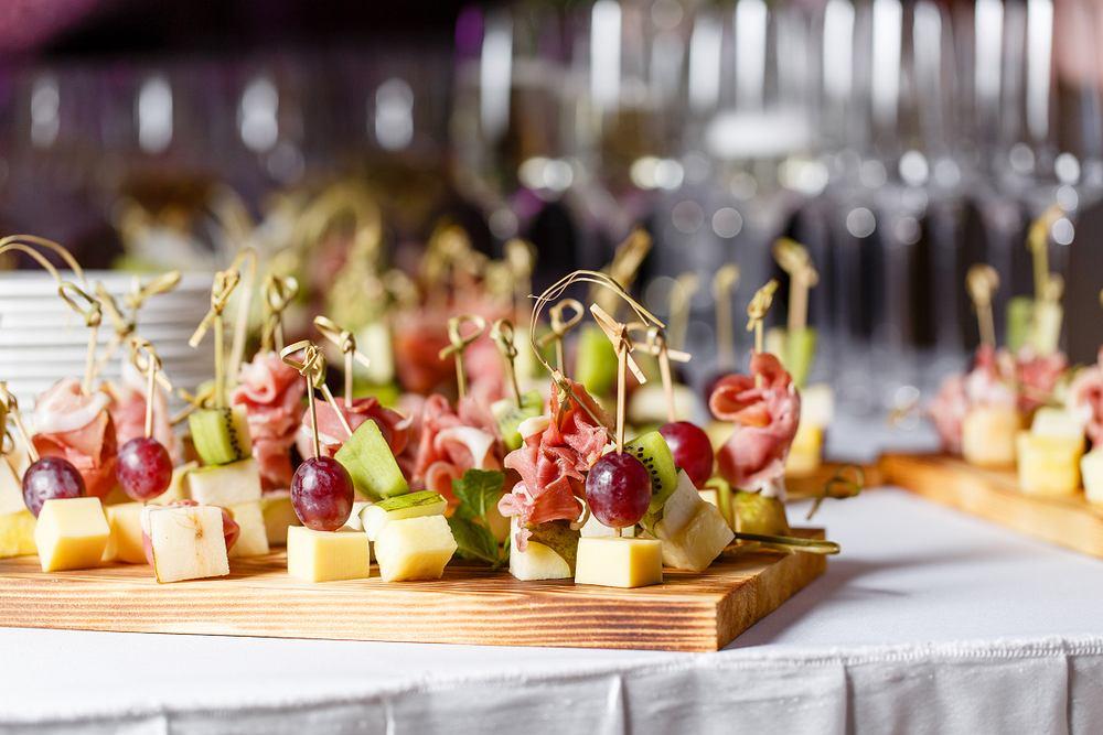 Koreczki na imprezę można je przygotować na wiele sposobów - na słodko i słono, użyć klasycznych składników i bardziej wykwintnych