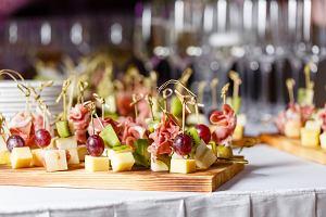 Koreczki na imprezę - z serem, śledziowe, z salami i bezmięsne. 20 pysznych pomysłów