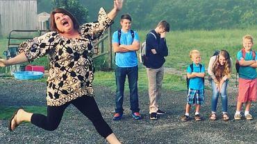 Ta mama nie kryje radości z powrotu swoich dzieci do szkoły.