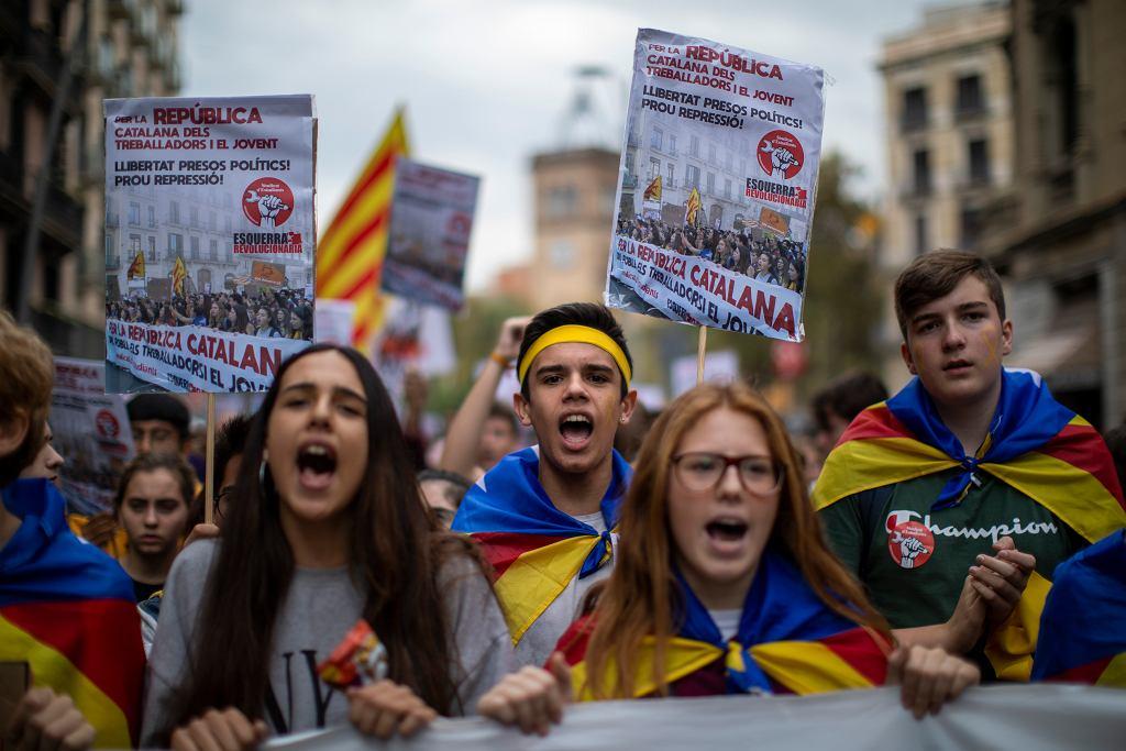 Katalońscy studenci podczas demonstracji w Barcelonie. Protestujący domagają się uwolnienia dziewięciu skazanych polityków.