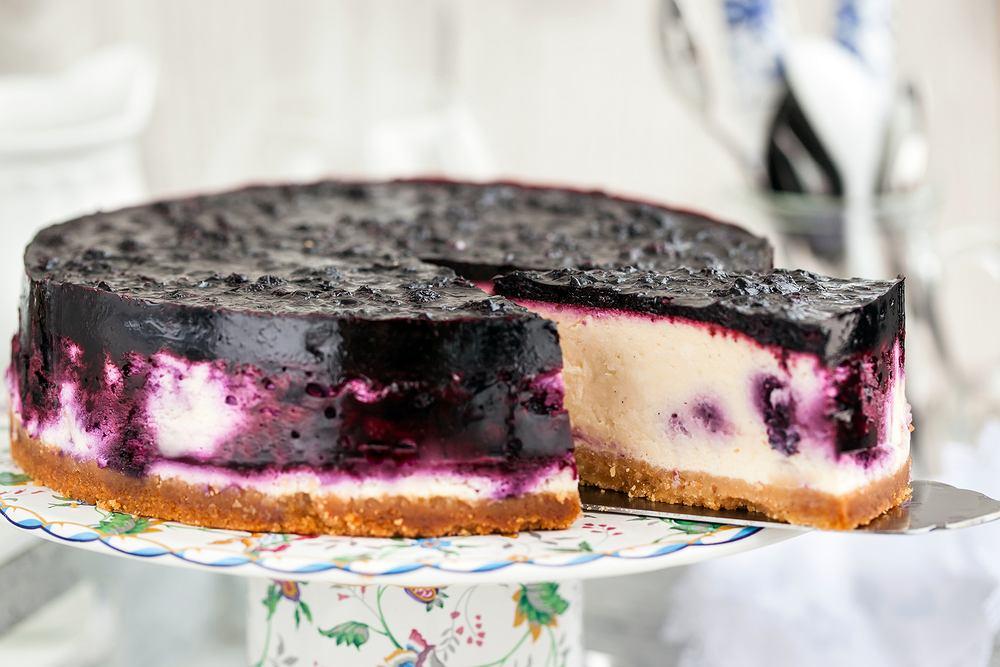 Sernik z jagodami to połączenie, które zna każdy. Do przygotowania tego ciasta można wykorzystać jednak również inne owoce - zarówno sezonowe, jak i przetwory