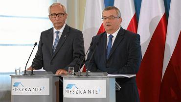 Minister infrastruktury Andrzej Adamczyk (2l) i wiceminister infrastruktury Kazimierz Smoliński