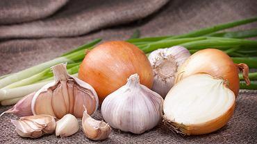 Dieta oczyszczająca wątrobę powinna uwzględniać cebulę i czosnek, które zawierają składniki siarkowe wspomagające regenerację tego organu