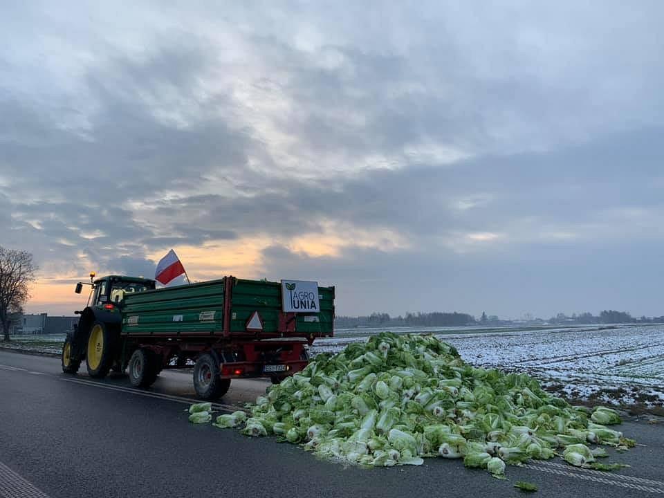 Protest rolników trwa. W Ruszkach zablokowano rondo i utrudniono przejazd DK50