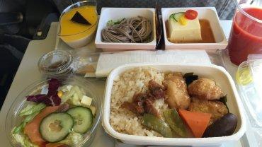 Posiłek w klasie ekonomicznej w Japan Airlines