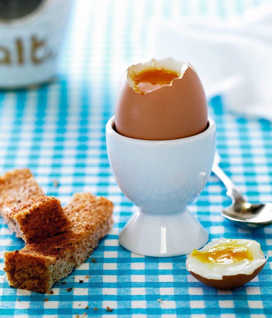 Jajko na miękko, bułeczka z masłem i ogórkiem, kakao.