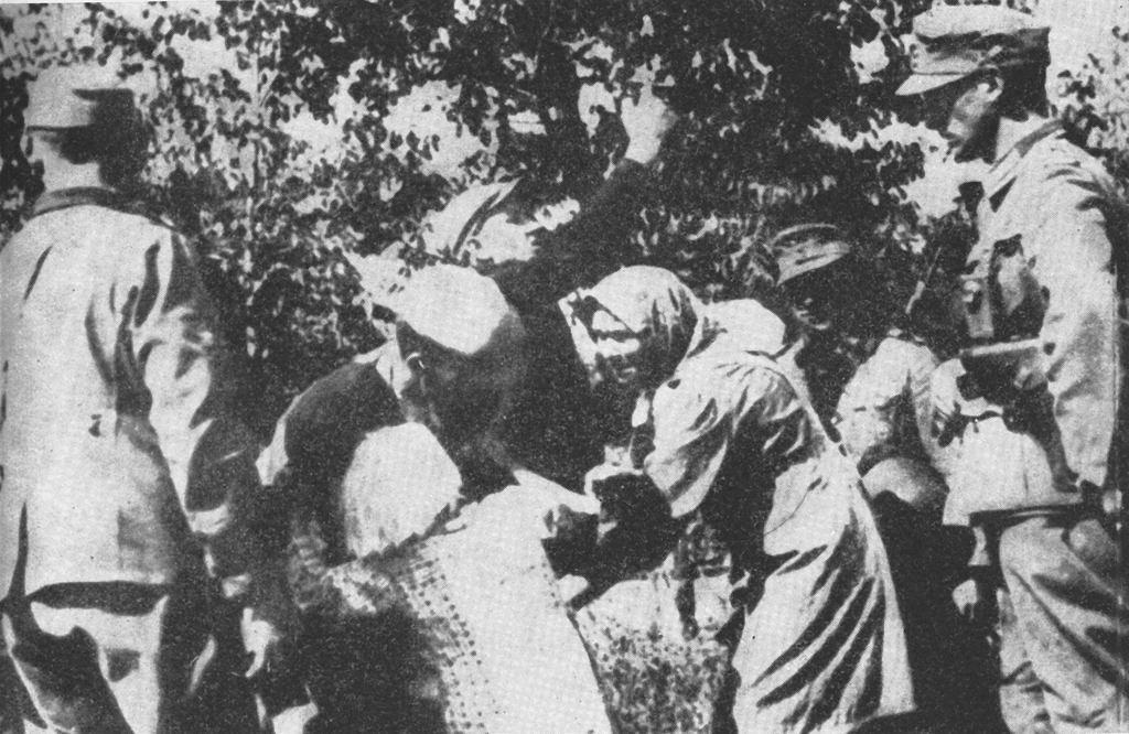 Porwanie polskich dzieci podczas eksterminacji jednej z polskich wsi na Zamojszczyźnie w okresie okupacji hitlerowskiej (fot. Wikimedia.org / Domena publiczna)