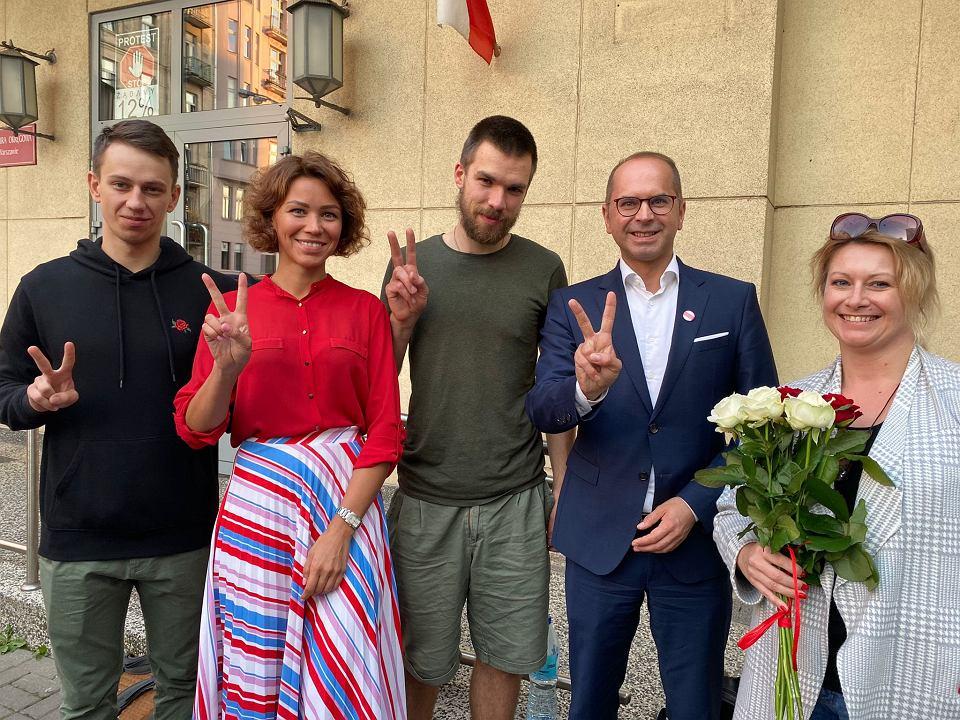 13.09.2021, Makary Małachowski (na zdjęciu w środku) po wyjściu na wolność. Po jego lewej poseł Michał Szczerba.