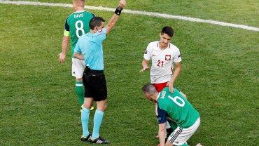 Polska - Irlandia Północna 1:0. Ovidiu Hategan pokazuje żółtą kartkę Bartoszowi Kapustce za faul na Chrisie Bairdzie