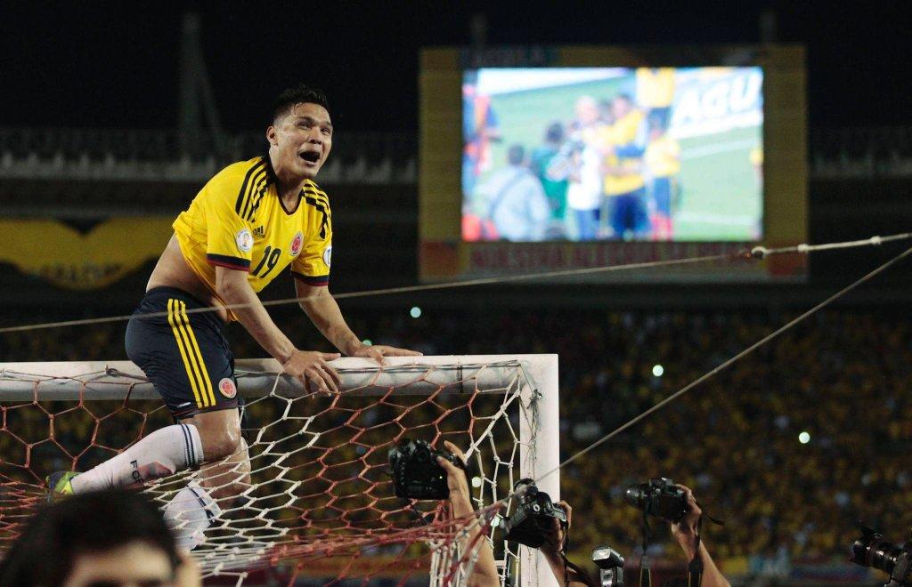 Kolumbia po dramatycznym meczu zremisowała z Chile 3:3 i zapewniła sobie awans na mistrzostwa swiata w Brazylii. Na zdjęciu strzelec jednej z bramek dla Kolumbii, Teofilo Gutierrez.