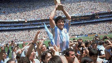 29.06.1986, Meksyk, Diego Maradona z pucharem za mistrzostwo świata w piłce nożnej.