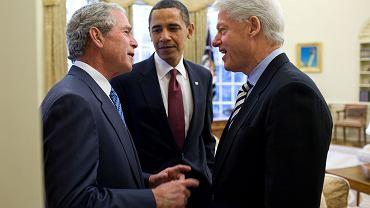 Byli prezydenci USA Barack Obama (środek), George W. Bush (lewa) i Bill Clinton (pawa)