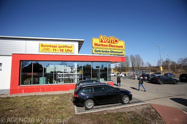 Niemcy, Locknitz. Otwarty w niedziele sklep Netto. W Niemczech obowiązuje zakaz handlu w niedziele, lecz wybrane sklepy mogą być czynne .