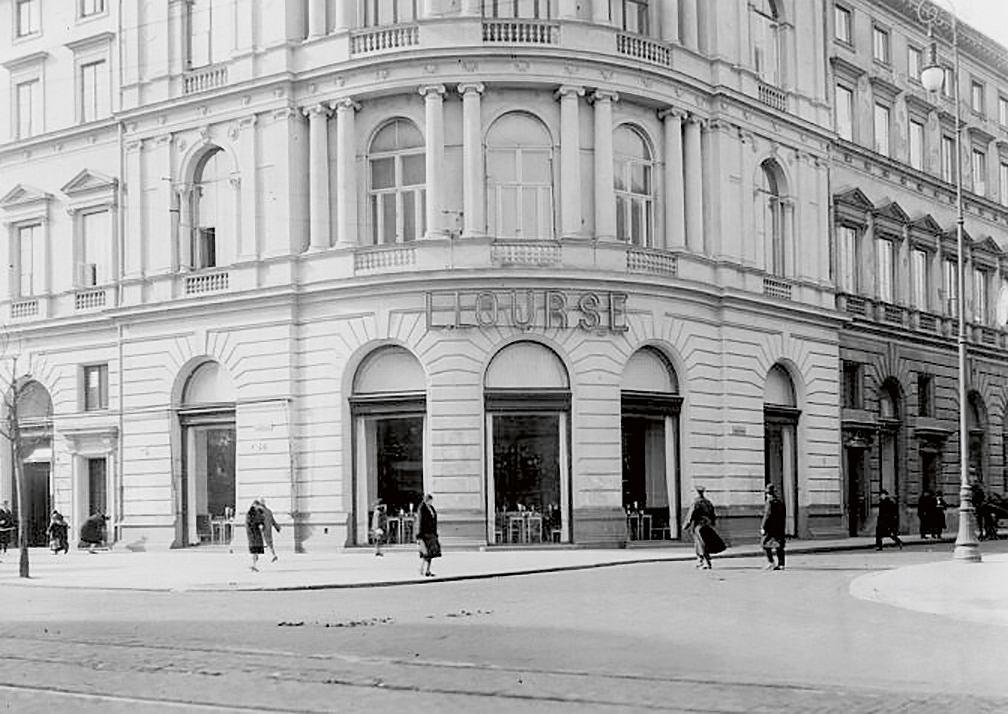 Jakość wyrobów iobsługi oraz atmosfera uczyniły zlokalu Lourse'a artystyczny salon Warszawy (wejście do kawiarni, fot. z początku XX w.)