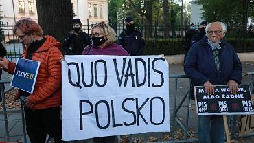 7.10.2021, Warszawa, protest pod budynkiem Trybunału Konstytucyjnego po ogłoszeniu wyroku.
