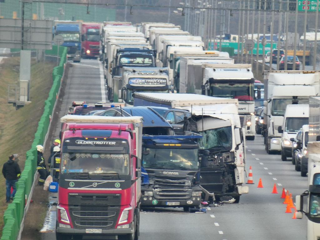 Wypadek na S8. Tir wjechał w lawetę przewożącą sześć aut