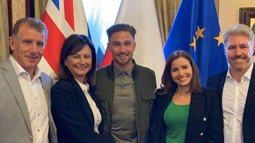 Matty Cash wraz z rodziną w Ambasadzie RP w Londynie. Źródło: https://twitter.com/LaczyNasPilka/status/1451884129662996484/photo/1