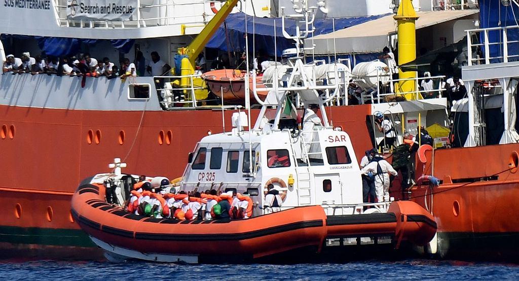 Uchodźcy i migranci na pokładzie statku Aquarius francuskiej organizacji 'SOS Mediterranee' trafią do Hiszpanii po tym, jak Włochy odmówiły wpuszczenia ich do portu