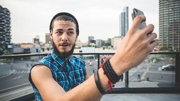 Według najnowszych badań mężczyźni, którzy publikują swoje zdjęcia na portalach społecznościowych, otrzymują wyższe noty w testach na narcyzm i psychopatię.