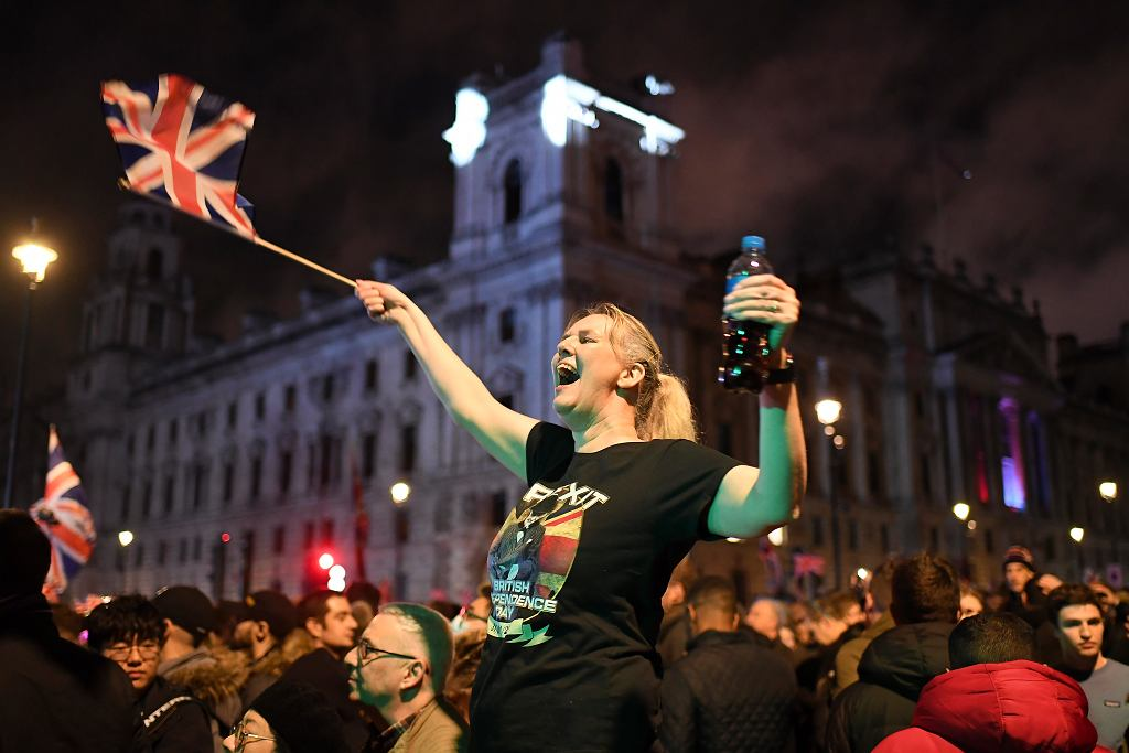 Zwolennicy brexitu świętuje podczas wiecu na Parliament Square w Londynie