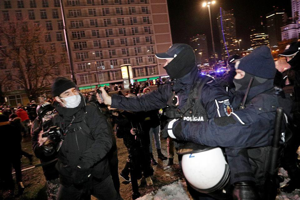 Fotoreporter 'Gazety Wyborczej' Jędrzej Nowicki zaatakowany gazem przez Policje podczas protestu Strajku Kobiet w Warszawie, 20 stycznia 2021 r.