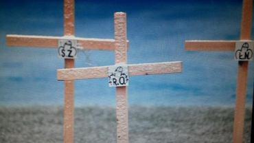 Styczeń 2015. Kibole wystawiają na stadionie krzyże i trumny dla działaczy i piłkarzy Zawiszy