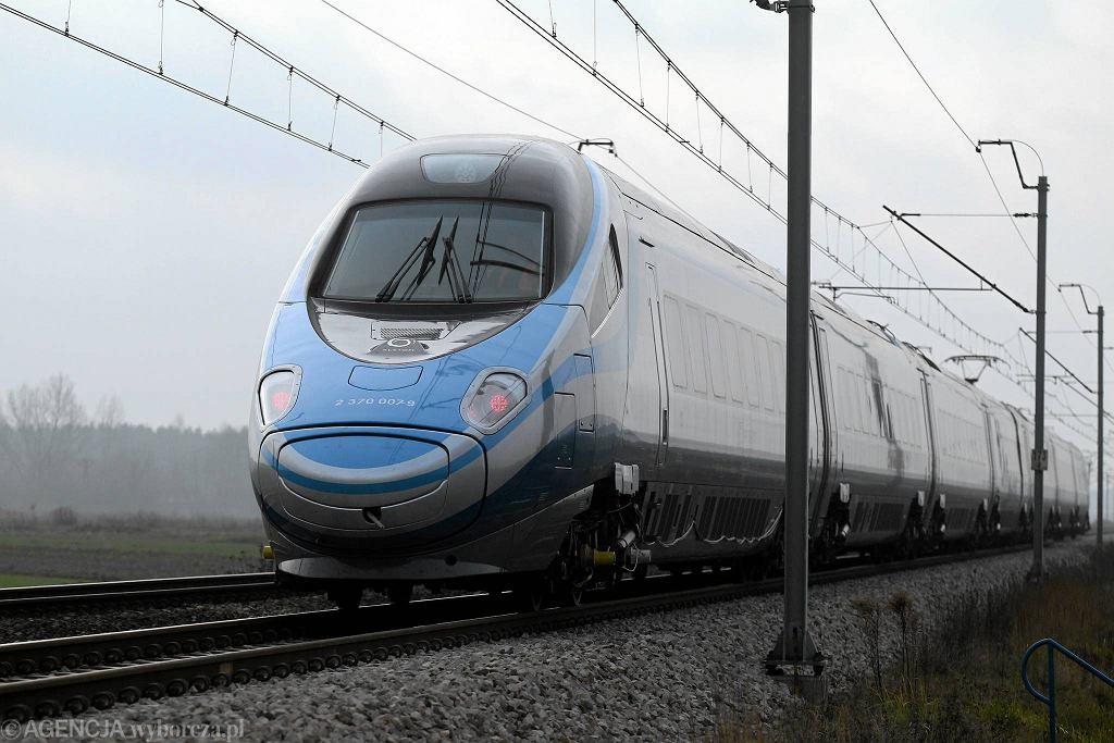 Mimo że system już działa, szybciej do Warszawy pojedziemy dopiero w grudniu 2014 roku. Wtedy na tory wyjedzie 20 zamówionych przez PKP Intercity pociągów Pendolino. Teraz nowoczesne składy są testowane na CMK