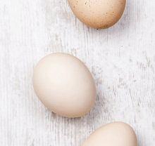 Przed gotowaniem jajka najlepiej wyjąć z lodówki i poczekać, by się ogrzały do temperatury pokojowej