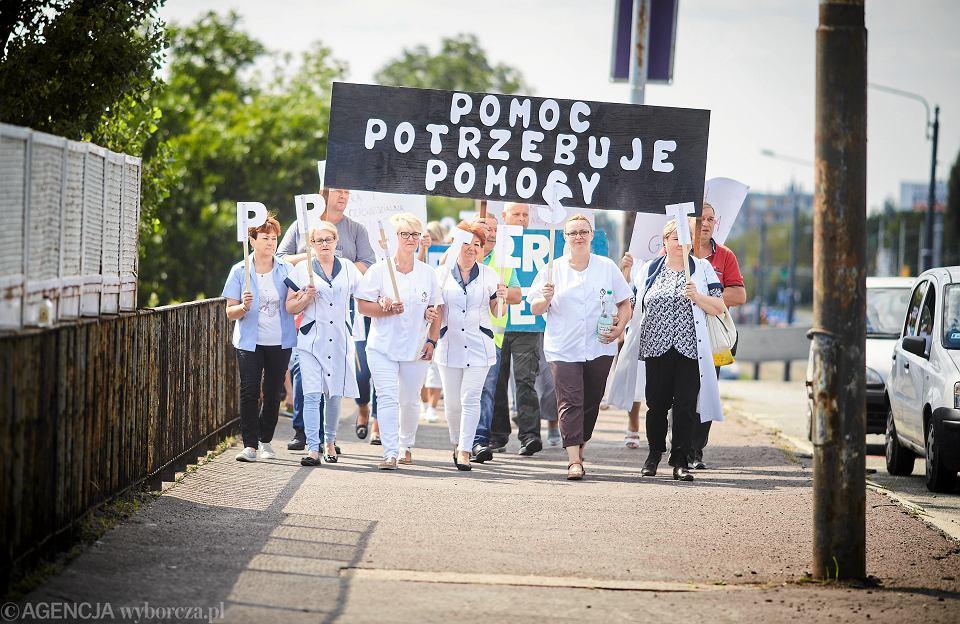 Protest pracowników miejskiego ośrodka pomocy społecznej - przeciwko niskim płacom i złym warunkom pracy. Łódź, 27 sierpnia 2018 r.