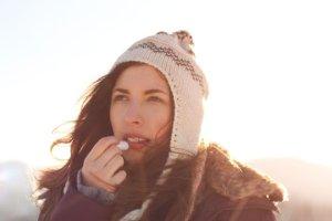 Skóra zimą: wysuszona, spierzchnięta i wrażliwa. Jak jej pomóc?