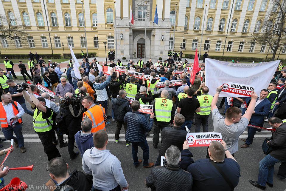 8.04.2019, Warszawa, Kancelaria Prezesa Rady Ministrów, protest taksówkarzy przeciwko sieci Uber i nielegalnym przewozom.