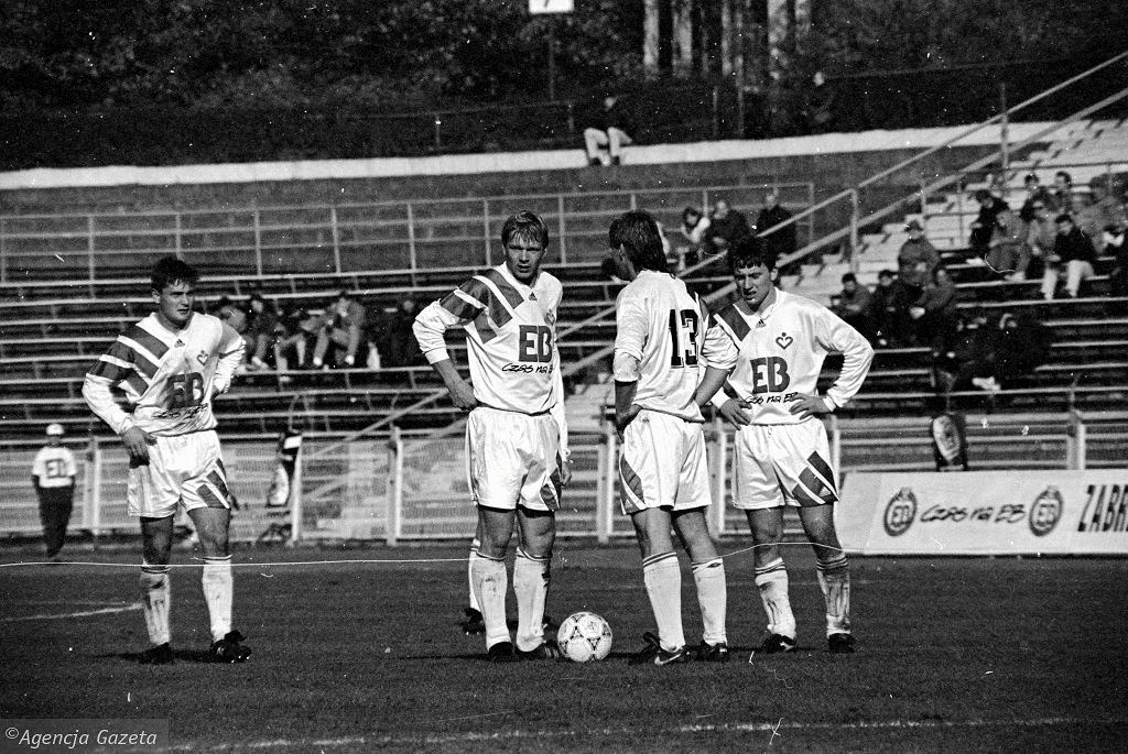 Piłkarze Górnika Zabrze - od prawej Jerzy Brzęczek, Ryszard Kraus, Piotr Jegor i Dariusz Koseła - podczas meczu z Widzewem Łódź (30.10.1993)