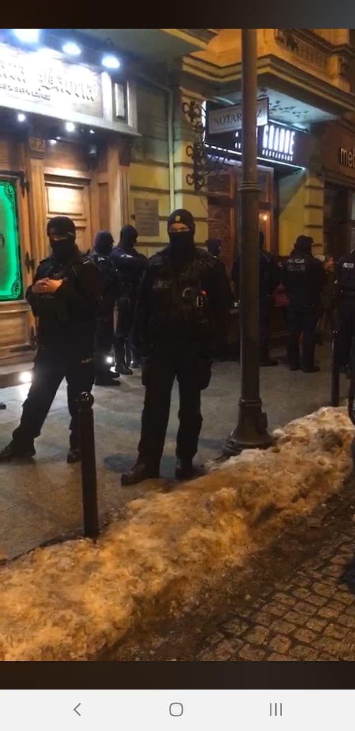 Zdjęcie numer 1 w galerii - Policja blokowała wstęp do pubu Stara Babcia.