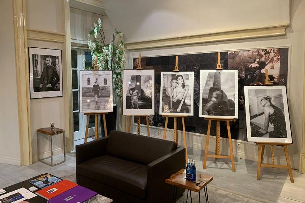 Fotografie Tomasza Krupy w La Vie Skin Gallery, na wernisażu 'Sztuka jest kobietą...'
