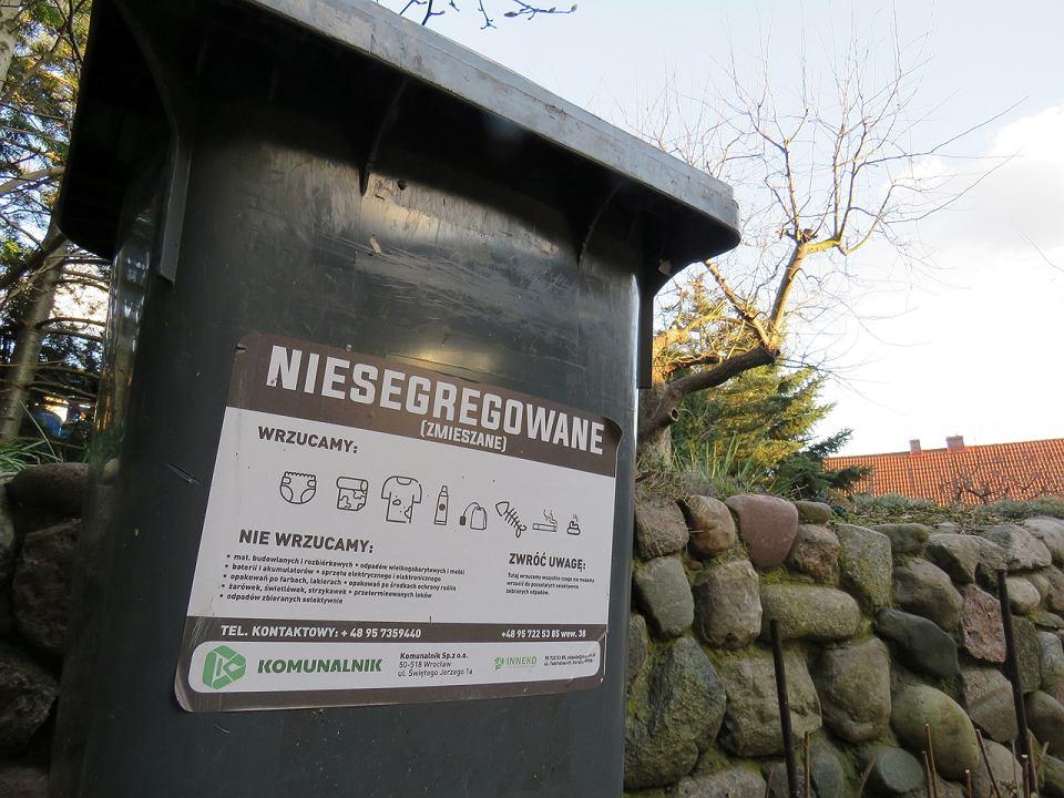 Pojemniki na odpady niesegregowane sa już rozwożone na posesje przez nowego operatora