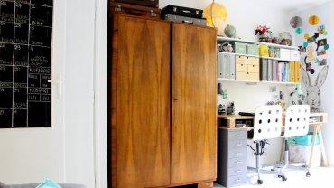 Mieszkanie po metamorfozie zyskało świeży wygląd. W pokoju wyznaczono kilka stref: wypoczynkową, jadalnianą i do pracy.